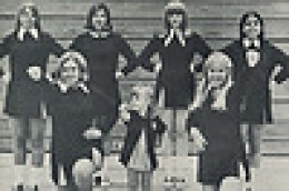 I LOVE THE VINTAGE PHOTOS (FROM MY DAy) WHEN CHEERLEADERS WERE GLAD TO POSE IN A DISCREET MANNER FOR THE CAMERA.
