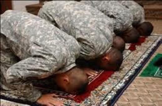 US Muslim Soldiers Praying