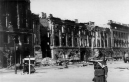Berlin, Unter den Linden, crossing with Wilhelmstraße, begin of May 1945, Soviet soldier as traffic policewoman in front of the ruins of the houses Unter den Linden # 76, 74 and 70-72 (from left)