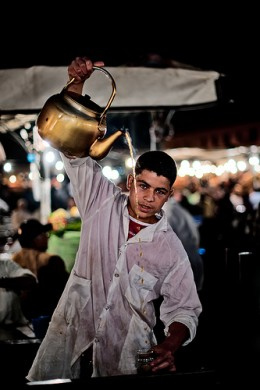 Morrocan Tea served the traditional way from height on the Djemaa el Fna.