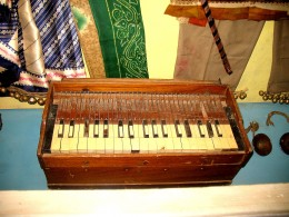 THE HARMONIUM IS MUSIC COMPOSERS GUIDE TO CREATING A MELODY - POP - ROCK OR ANY MUSIC.