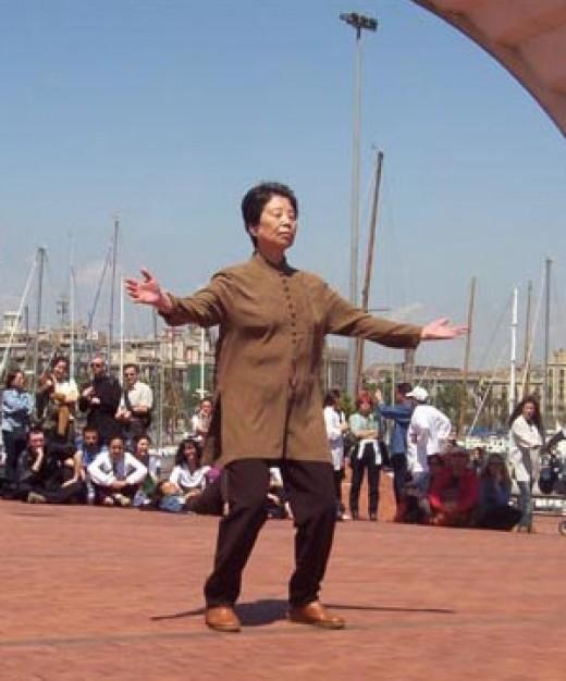Dr. Hu Yuen Xian demonstrating Qigong in Barcelona.