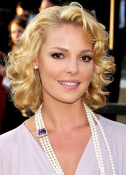 A fun, curly 'do gives blonde hair a classic Hollywood look.