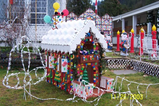 Homemade outdoor christmas decorations for Gingerbread house outdoor decorations