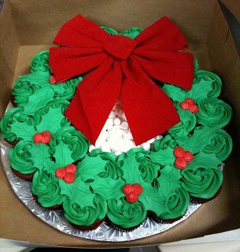 A Deliciously Edible Christmas Wreath of Cupcakes!