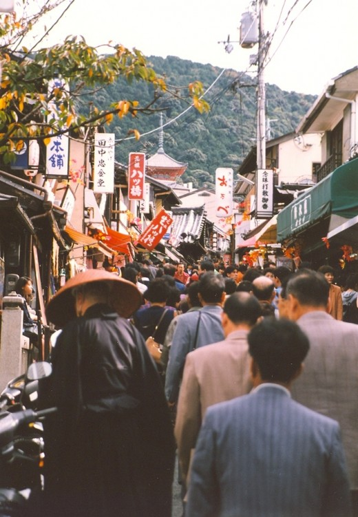Crowded street scene leading up to Kiyomizu-dera.