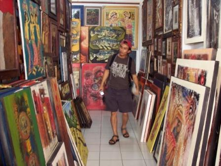 Never miss the opportunity to grab some nice oil paintings in Ubud area. It is the center of art in Bali. You can even bargain up to 40%