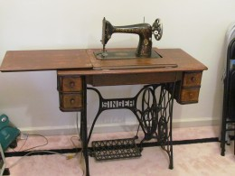 A Singer Sewing Machine that was similar to the one Karen's mother worked as a seamstress on.