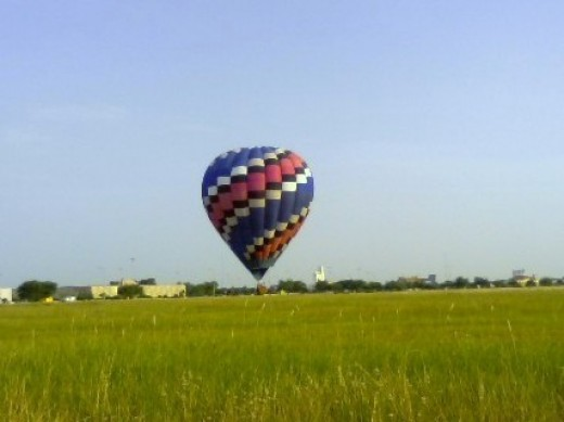 Hot air balloons use heat energy to lift the balloon, the basket and the occupants of the basket. The heat energy is converted into kinetic energy as the balloon lifts off and begins floating.