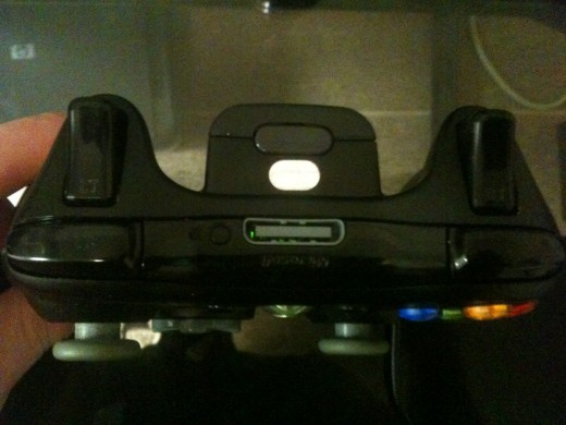 The USB cable connects to the top center of the Xbox 360 controller.