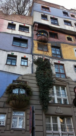 During the sightseeing tour we stopped at the Hunderwasserhaus. The house is named after the painter and architect Friedensreich Hundertwasser.