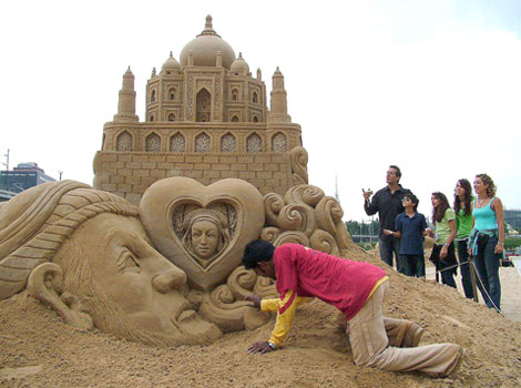 Another sculpture of Taj Mahal showing Shah Jahan and Mumtaz is in his heart.