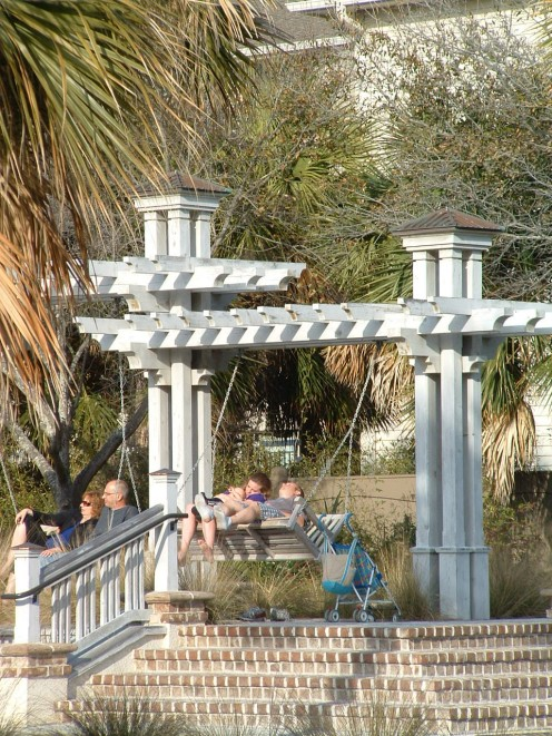 Wooden swings are also sheltered from the sun and provide spectacular views of the beach and ocean. They are a great place to rest and cuddle with loved ones.