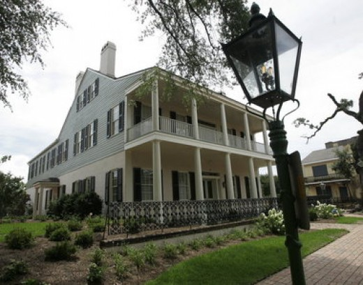 A raised Greek Revival Creole cottage with attached slave quarters, it is now available as a bed and breakfast that has been renamed the Fort Conde' Inn.