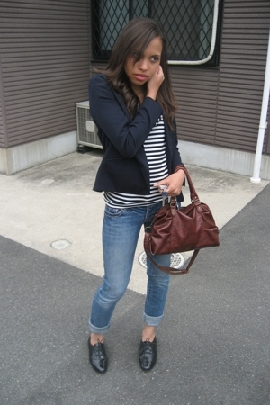 This girl has nailed the London look with her skinny jeans, navy blazer, striped tee, and oxford shoes.