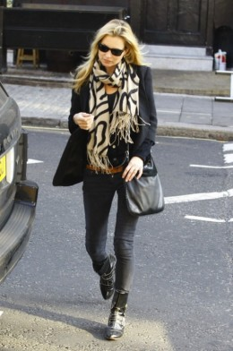 Kate Moss is the epitome of British fashion. Emulate her look by wearing super-tight skinny jeans, a black blazer, moto boots, and a patterned scarf. Keep the color scheme to black and beige.
