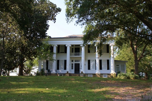 Plantation House. Rammerjammer [CC-BY-SA-3.0 (www.creativecommons.org/licenses/by-sa/3.0)], via Wikimedia Commons