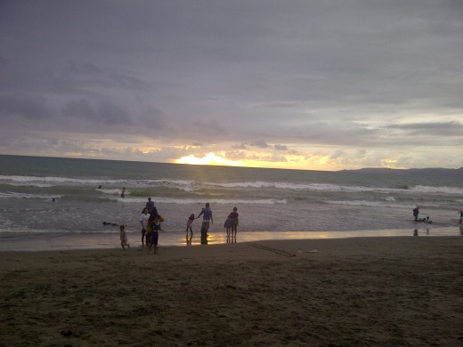 People waiting for the last sunset of 2011 at Pelabuhan Ratu beach.