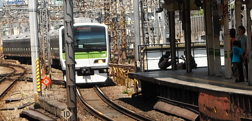 Train coming in at Tokyo Station.