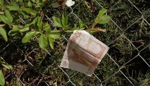 a single €10 note unfurled