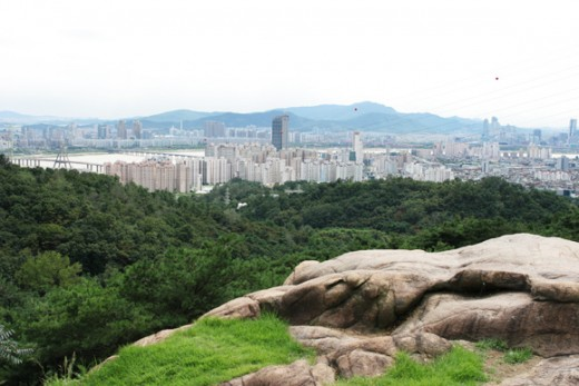 At 287 meters high, Mt. Achasan is an easy 30-minute hike, which is perfect for beginners. In fact, many people walk up the mountain wearing casual clothing. It offers hikers a bird's-eye-view of the Hangang River and the downtown area. At the halfwa