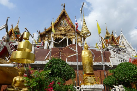 Wat Hua Lumphong is right behind the Montien, about a 15 minute walk.