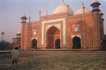 the famous gateway to the Taj