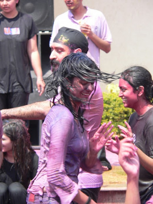 Nonstop dance and masti on Holi 2012