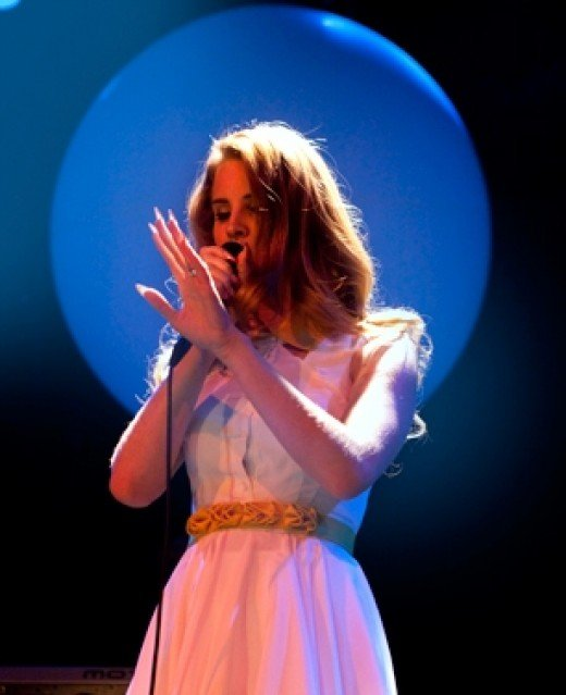 Del Rey sings her heart out on stage.