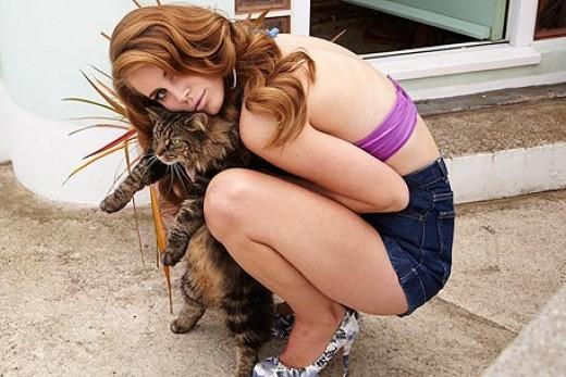 Del Rey bonds with a cat.