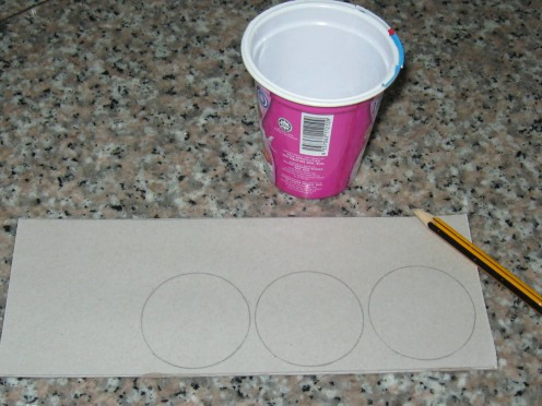 Use yogurt cup to draw  some circles