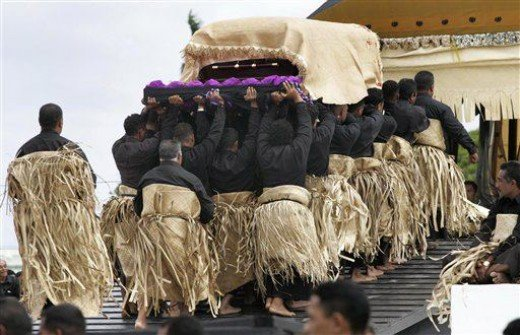 King Taufa'ahau Tupou IV being carried to the royal tomb.