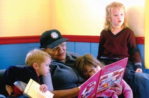 A Vista Volunteer reading to children.