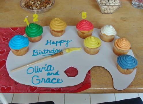 An artist pallet of cupcakes!