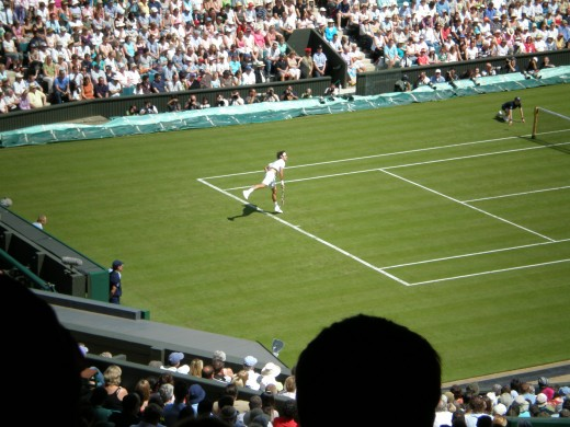 Roger Federer serving on Centre Court in the 2008 Wimbledon.