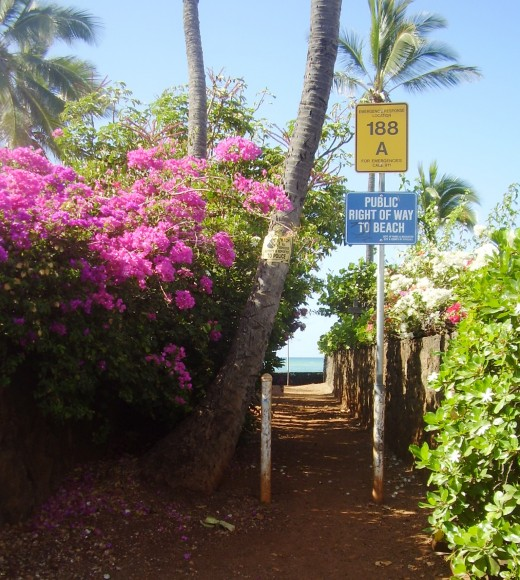 Public rights of way to beach encircle the island of Oahu.