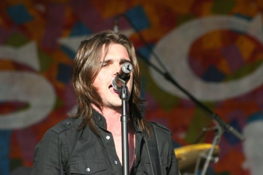 Juanes performing at the 2005 New Orleans Jazz and Heritage Festival.
