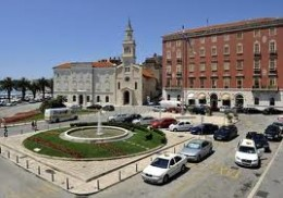 What the fountain looks like today (from a different perspective) facing Marijan Hill.  The red building behind the fountain is the former Bajamonti Palace, which he sold to settle debts, to the Dušković family, another prominent name in Split.