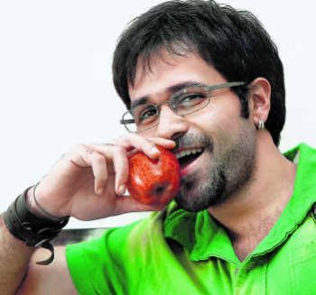 Funny Emraan Hashmi saying an apple a day keeps me moving in my way. hahahaahaha