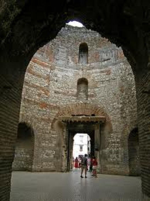 Until the 16th century, traces of the Diocletian's mosaic could still be seen on the walls of the vestibule, located behind the Peristil.  There is an open air entrance in the center.