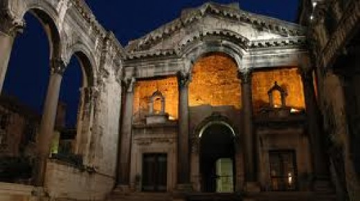 The arch in the center is the entrance to the Vestibule.  Here, the Diocletian would emerge to greet his public.  What a spectacle!