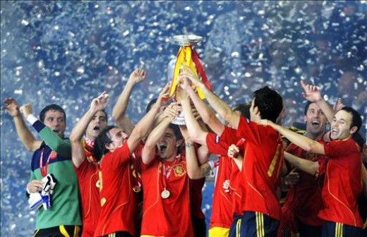 Soain celebrating with the Euro 2008 trophy.