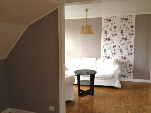 Two rooms with wallpaper in the same basic colour will seem like a unit. Now, the thing that remains, are the finishing touch in the two rooms!
