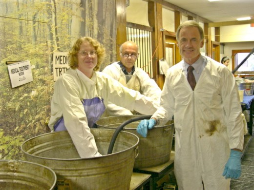 Deb Hirt and Senator Tom Carper at the washline during Athos I oil spill