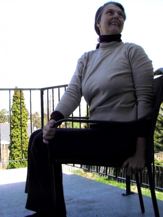 Twisting the spine releases tension, tones the abdominal muscles, and nourishes the organs.