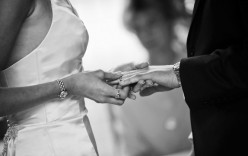 What may be you gifted to your partner in first wedding anniversary?