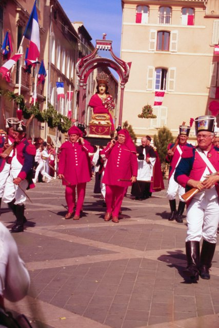 Four Pisans carry bust of St. Torpes through the streets