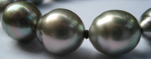 This bracelet is made of 9mm drop (oval) shaped silver Tahitian pearls, with subtle but beautiful pink overtones. The surface is smooth, and the lustre good. (c) A Jones 2012