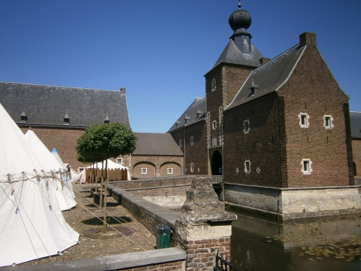 The second gatehouse and drawbridge that seperates the fore courtyard from the main courtyard.