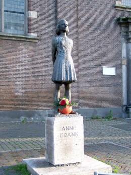 Statue of Anne Frank in Utrecht